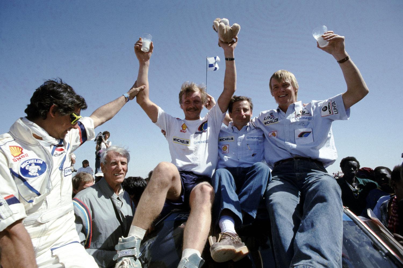 102 -Paris Dakar 1988. Podium. Juha Kankkunen, Jean Todt et Ari Vatanen.