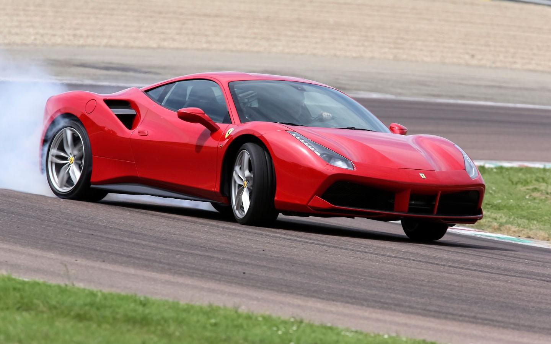 Ferrari 488 GTB - derrapando en circuito