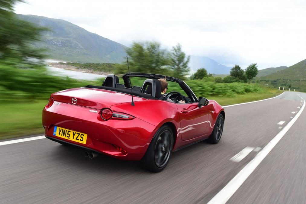 Mazda MX-5 2015 - en movimiento por carretera_UK