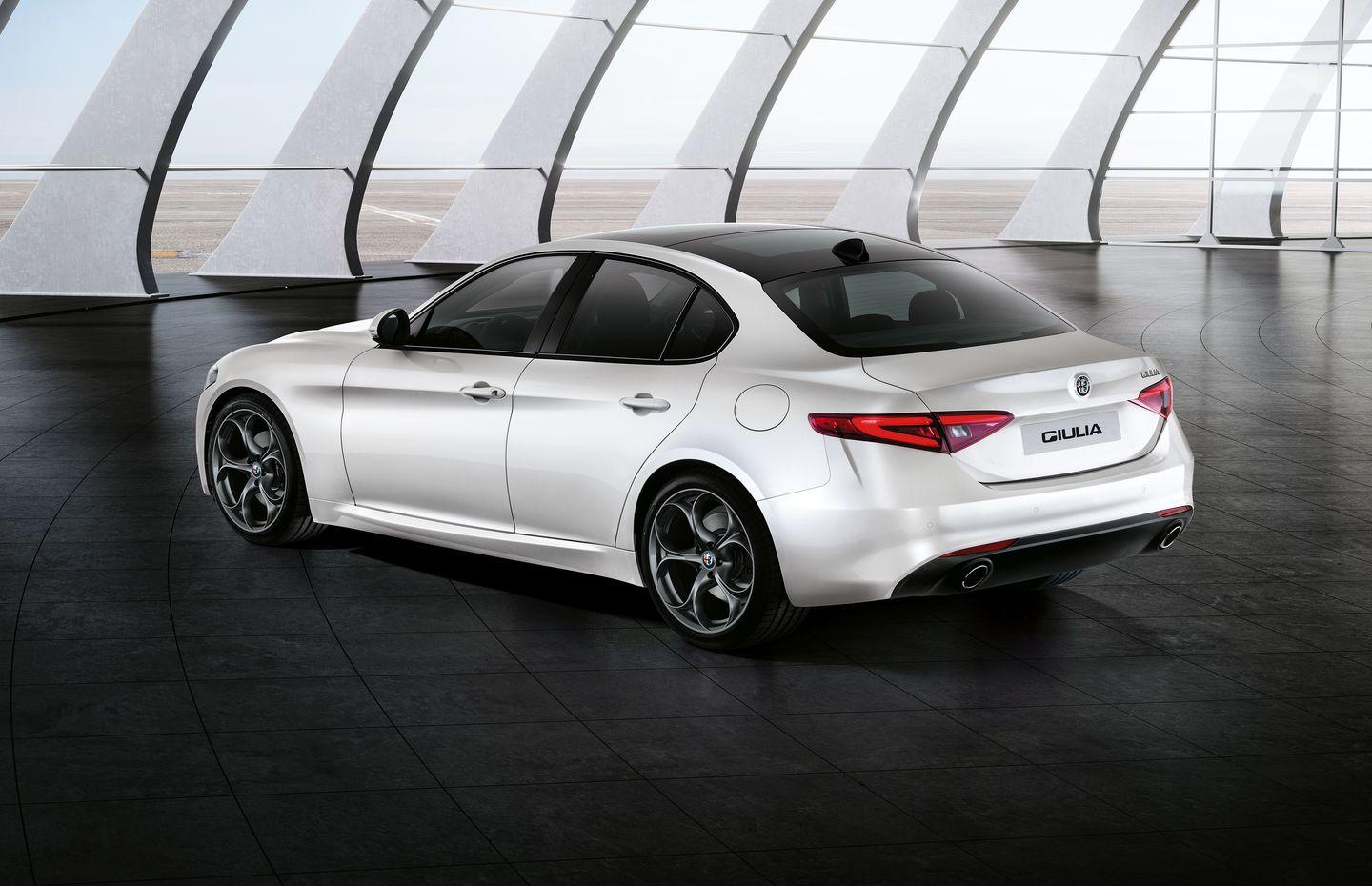 Alfa Romeo Giulia_blanco_traserolateral_Sports Pack