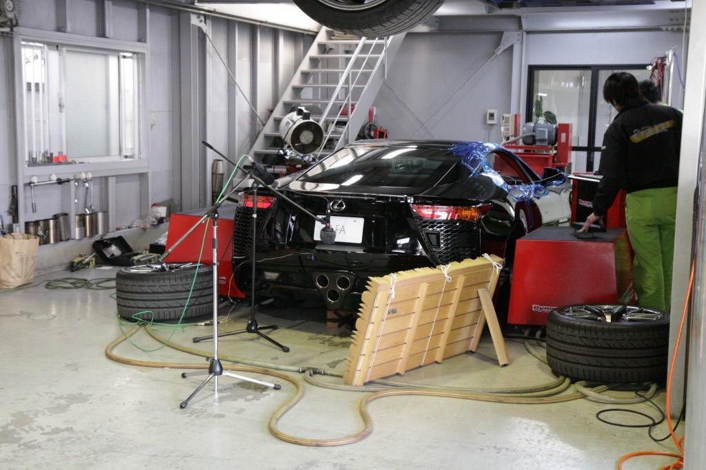 El equipo de Gran Turismo 6 grabando la aceleración del Lexus LFA