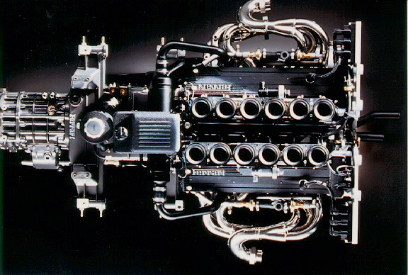 Incluso el propio motor resulta estético; fijaos si no en los colectores de admisión...
