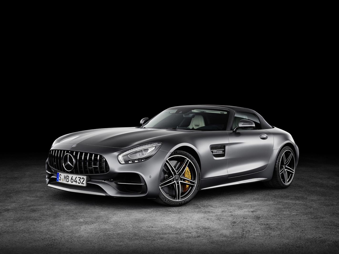 AMG GT C Roadster (R 190), 2016; Exterieur: designo selenitgrau magno; Interieur: Leder Nappa Exklusiv macchiatobeige; Kraftstoffverbrauch kombiniert: 11,4 l/100 km, CO2-Emissionen kombiniert: 259 g/km//AMG GT C Roadster (R 190), 2016; exterior: designo selenit grey magno; interior:Nappa leather exclusive macchiato beige; fuel consumption, combined: 11.4 l/100 km; combined CO2 emissions: 259 g/km